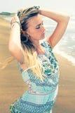 享受夏天 海的年轻美丽的妇女 免版税库存图片