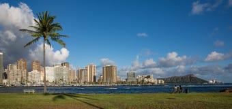 享受夏威夷的美丽的景色的夫妇 图库摄影