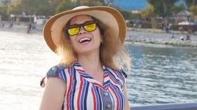 享受夏日的可爱的妇女由海 股票视频