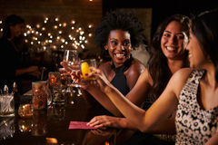 享受夜的女性朋友在鸡尾酒酒吧 免版税图库摄影
