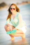 享用海洋的青少年的女孩 库存照片