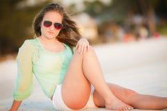 享用海滩的青少年的女孩 库存图片