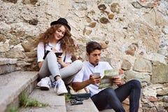 享受天的两个年轻游人在老镇 免版税库存图片