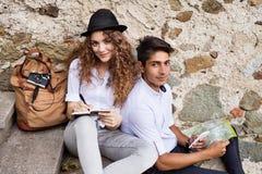 享受天的两个年轻游人在老镇 免版税库存照片
