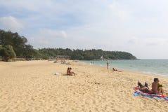 享受天的游人在Karon海滩 免版税库存照片