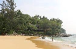 享受天的游人在Karon海滩 图库摄影