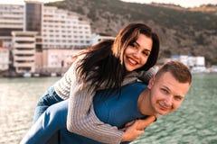 享受天的美好的年轻夫妇在海附近 免版税库存照片