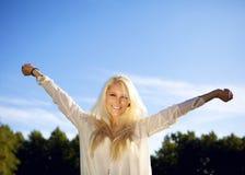 享受女性微笑的夏天的日 免版税库存图片