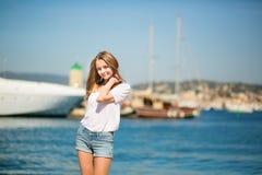 享受她的假期的女孩由海 图库摄影