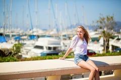 享受她的假期的女孩由海 库存图片