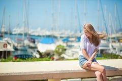 享受她的假期的女孩由海 免版税图库摄影