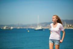 享受她的假期的女孩由海 免版税库存照片