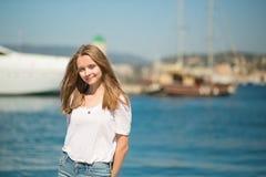 享受她的假期的女孩由海 免版税库存图片