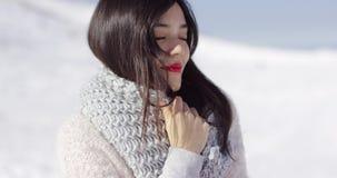 享受她的冬时的愉快的逗人喜爱的亚裔女孩 影视素材