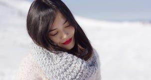 享受她的冬时的愉快的逗人喜爱的亚裔女孩 股票视频
