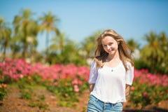 享受她的在一种热带手段的女孩假期 库存图片