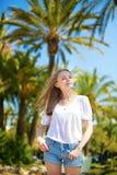 享受她的在一种热带手段的女孩假期 库存照片