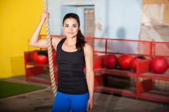 享受她的在健身房的训练 免版税库存图片