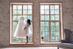 享受她的婚礼早晨 免版税库存照片