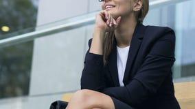 享受她的成功的愉快的女性在工作,促进,未来的好计划 股票视频