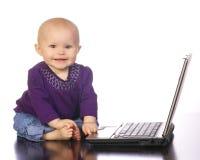 享受她的时间的婴孩计算机 库存图片