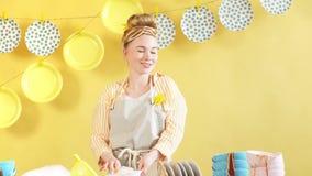 享受她的时间的愉快的妻子在厨房屋子里 影视素材