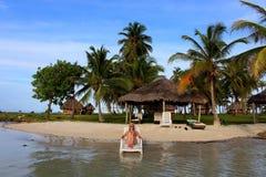 享受她的时间和休息接近Yandup海岛小屋私有海滩的海的年轻美丽的妇女在巴拿马 免版税图库摄影