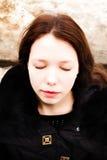 享受她的时间的美丽的女孩外面在冬天公园 免版税库存图片