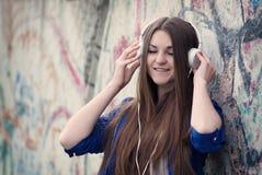 享受她的音乐的可爱的十几岁的女孩 免版税库存照片