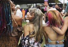 享受实况音乐音乐会节日的人们 库存图片
