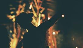 享受实况音乐音乐会节日的人们 免版税库存图片