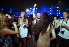 享受实况音乐音乐会节日的人们 库存照片