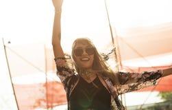享受实况音乐音乐会节日的人们 免版税库存照片