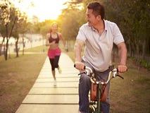 享受室外活动的亚洲夫妇 免版税图库摄影