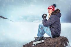 享受寒假的旅客妇女 库存图片