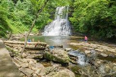 享受小瀑布秋天,贾尔斯县,弗吉尼亚,美国的家庭 图库摄影