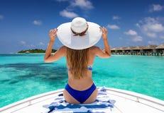 享受小船乘驾的妇女在马尔代夫 库存照片