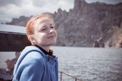 享受小船旅行的年轻womn 库存照片