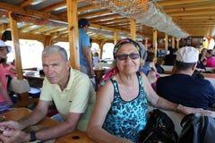 享受小船游览的资深夫妇靠了码头在Gokova海湾 图库摄影