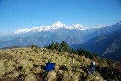 享受尼泊尔游人查阅 免版税图库摄影