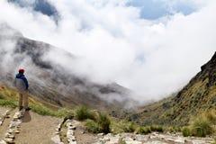 享受山和改变的天气的美丽的景色的人 库存图片