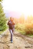 享受山旅行的年轻背包徒步旅行者妇女 库存图片