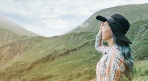 享受山的看法美丽的妇女 库存照片