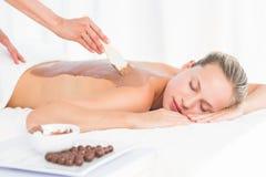 享受巧克力秀丽治疗的美丽的金发碧眼的女人 免版税库存照片