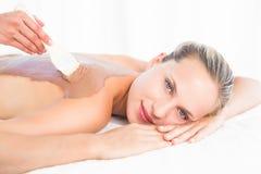 享受巧克力秀丽治疗的美丽的金发碧眼的女人 库存照片