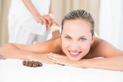 享受巧克力秀丽治疗的美丽的金发碧眼的女人 免版税库存图片