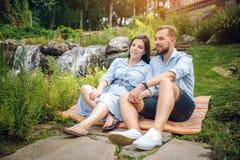享受怀孕,期待产科,产科摄影,美好的年轻夫妇外部,温暖的晴朗的图片 库存图片