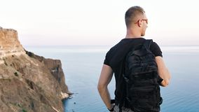 享受惊人的风景的背面图活跃运动男性佩带的太阳镜和背包 股票视频