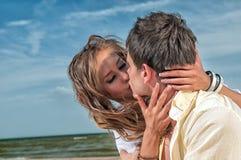 享受愉快的假期的海滩夫妇 图库摄影