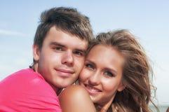 享受愉快的假期的海滩夫妇 免版税库存图片